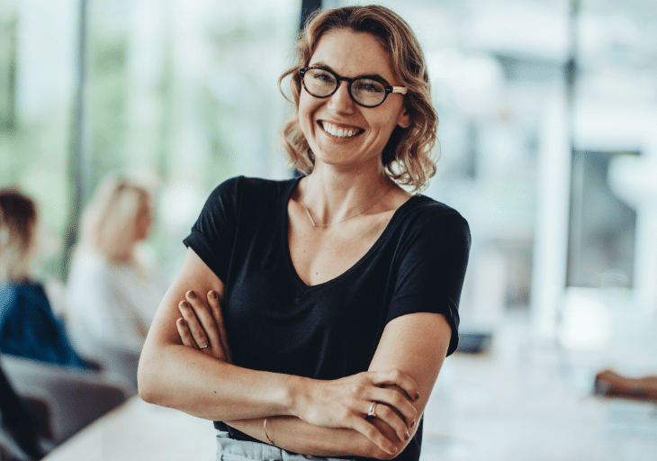 Smiling woman in office@2x